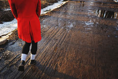 Giovani gambe femminili che camminano verso il tramonto su una strada non asfaltata in primavera Fotografie Stock Libere da Diritti