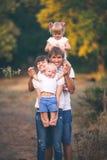 Giovani genitori con i bambini Immagini Stock Libere da Diritti