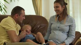 Giovani genitori e poco figlio sullo strato insieme archivi video