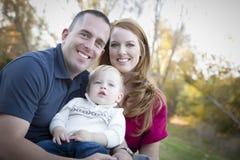 Giovani genitori e ritratto del bambino all'esterno Immagine Stock Libera da Diritti