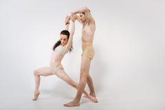 Giovani ginnaste artistiche che allungano nello studio Fotografia Stock