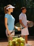 Giovani giocatori sulla corte di tennis Immagini Stock