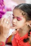 Giovani graziosi svegli di quattro anni del bambino della ragazza con il suo fronte dipinto per divertimento ad una festa di comp Fotografia Stock Libera da Diritti