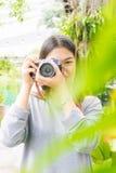 Giovani immagini di conversazione asiatiche attraenti della donna all'aperto Fotografie Stock