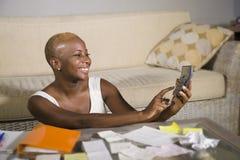 Giovani imposta sui profitti e pagamenti domestici soddisfatti sorridenti di contabilità riuscita della donna afroamericana nera  fotografia stock