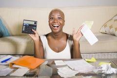 Giovani imposta sui profitti e pagamenti domestici soddisfatti sorridenti di contabilità riuscita della donna afroamericana nera  immagine stock