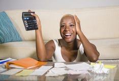 Giovani imposta sui profitti e pagamenti domestici soddisfatti sorridenti di contabilità riuscita della donna afroamericana nera  fotografia stock libera da diritti