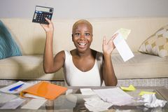 Giovani imposta sui profitti e pagamenti domestici soddisfatti sorridenti di contabilità riuscita della donna afroamericana nera  fotografie stock libere da diritti