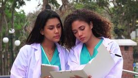 Giovani infermieri o medici della femmina stock footage