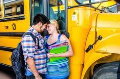 Giovani innamorati di High School di amore Fotografie Stock Libere da Diritti