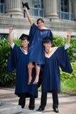 Giovani laureati che celebrano Immagini Stock Libere da Diritti