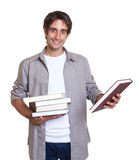 Giovani libri della holding dell'allievo Immagine Stock