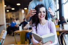 Giovani libri di lettura delle coppie in caffetteria Immagini Stock Libere da Diritti
