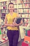 Giovani libri felici della tenuta della studentessa fotografie stock libere da diritti