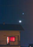 Giovani luna e stella sopra il tetto della casa Fotografia Stock Libera da Diritti