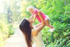 Giovani madre e bambino felici divertendosi insieme di estate Fotografia Stock Libera da Diritti