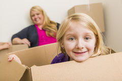 Giovani madre e figlia divertendosi con le scatole commoventi Immagini Stock Libere da Diritti