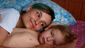 Giovani madre e figlia divertendosi nella camera da letto, clip del movimento lento archivi video