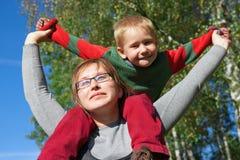 Giovani madre e figlio felici al bello giorno Fotografie Stock