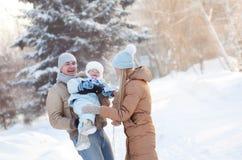 Giovani madre e padre con un bambino Fotografia Stock Libera da Diritti