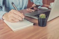 Giovani mani dell'uomo di affari con scrittura della penna Immagini Stock
