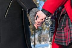 Giovani mani della holding delle coppie Immagine Stock