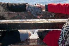 Giovani mani della holding delle coppie Immagini Stock