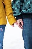 Giovani in mani della holding delle coppie di amore Immagini Stock