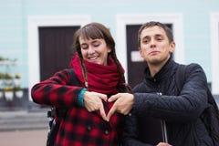 Giovani mani delle coppie che fanno cuore modellare vicino su Fotografia Stock Libera da Diritti