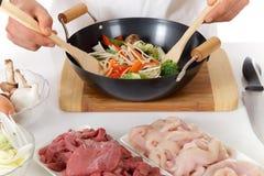 Giovani mani nepalesi del cuoco unico, alimento orientale Fotografia Stock