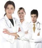 Giovani medici amichevoli che sorridono sopra un backgr bianco Immagini Stock Libere da Diritti