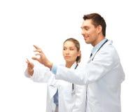 Giovani medici che lavorano con qualche cosa di immaginario Fotografia Stock Libera da Diritti