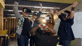 Giovani messi a fuoco in vetri di realtà virtuale di VR che celebrano riuscito affare con i clienti video d archivio