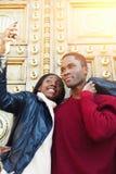 Giovani migliori amici che posano mentre facendo autoritratto sul telefono delle cellule per l'immagine della rete sociale Fotografia Stock Libera da Diritti