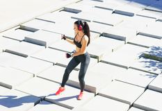 Giovani, misura e ballare sportivo della donna all'aperto Fotografia Stock