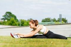 Giovani, misura e donna sportiva allunganti nel parco Concetto di urbano e sano di forma fisica, di sport, di stile di vita Fotografia Stock Libera da Diritti