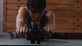 Giovani misura e tono sulla donna che fa allenamento di forma fisica in sottotetto soleggiato Fotografia Stock Libera da Diritti