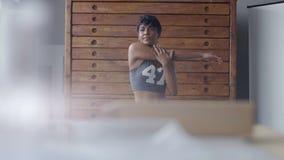 Giovani misura e tono sulla donna che fa allungando routine in sottotetto soleggiato Immagini Stock Libere da Diritti