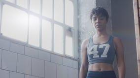 Giovani misura e tono sulla donna che fa edificio occupato di spaccatura di allenamento di forma fisica in sottotetto soleggiato Fotografia Stock