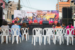 Giovani musicisti sopra su una fase Immagini Stock