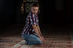 Giovani musulmani Guy Praying Fotografia Stock