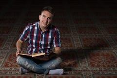 Giovani musulmani Guy Reading The Koran Fotografia Stock Libera da Diritti