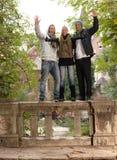 Giovani nel sorridere della sosta Immagini Stock Libere da Diritti