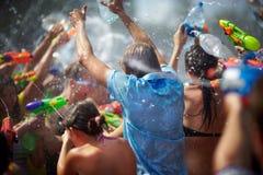 Giovani nell'acqua di lancio della via Fotografia Stock Libera da Diritti