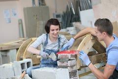 Giovani nell'addestramento della muratura Fotografia Stock