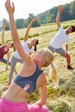 Giovani nell'allenamento di aerobica Immagine Stock Libera da Diritti