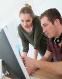 Giovani nell'apprendistato digitale di progettazione Fotografia Stock Libera da Diritti