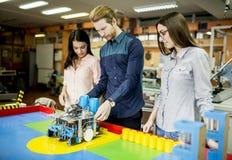 Giovani nell'aula di robotica Fotografie Stock Libere da Diritti