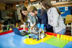 Giovani nell'aula di robotica Immagine Stock