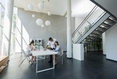 Giovani nell'ufficio Immagine Stock